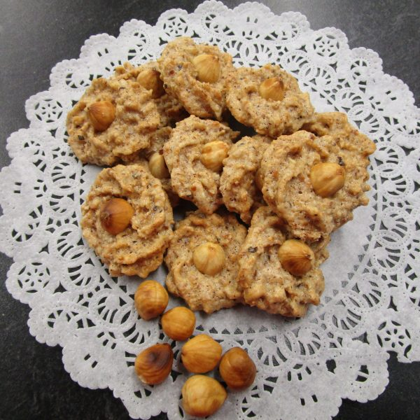 Haselnuss-Makrönchen (hazelnut macaroons) with main ingredients