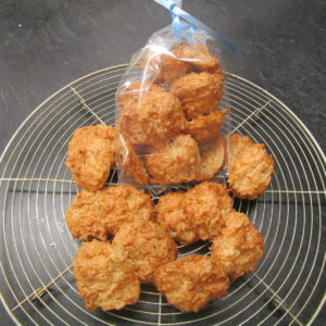 Kokos-Makrönli (Coconut Macaroons) on a cooling rack
