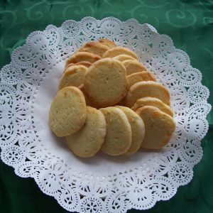 Orangensablés (orange sablés) on a doilie